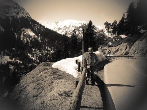 Bild: Fast wie ein Hofrat zu Zeiten der k. u. k. Monarchie unterwegs in den Alpen auf Inspektionsreise am Hahnentennjoch.