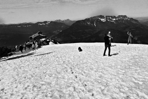 Bild: Schneeballschlacht auf dem Gipfel des Kehlstein - Eagle's Nest. NIKON D700 mit CARL ZEISS Distagon T* 3,5/18 ZF.2 ¦¦ ISO200 ¦ f/16 ¦ 1/800 s ¦ FX 18 mm.