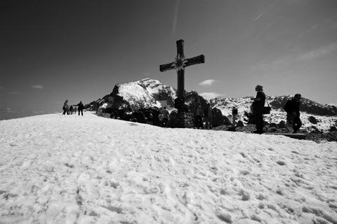 Bild: Gipfelkreuz auf dem Kehlstein - Eagle's Nest. NIKON D700 mit CARL ZEISS Distagon T* 3,5/18 ZF.2 ¦¦ ISO200 ¦ f/16 ¦ 1/800 s ¦ FX 18 mm.