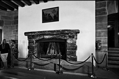Bild: Im Hauptraum des Kehlsteinhauses - Eagle's Nest. Der Carrara-Marmor wurde vom italienischen Diktator Mussolini gestiftet. NIKON D700 mit CARL ZEISS Distagon T* 3,5/18 ZF.2 ¦¦ ISO800 ¦ f/9.0 ¦ 1/40 s ¦ FX 18 mm.