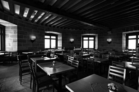 Bild: Im Restaurant des Kehlsteinhauses. NIKON D700 mit CARL ZEISS Distagon T* 3,5/18 ZF.2 ¦¦ ISO800 ¦ f/9.0 ¦ 1/60 s ¦ FX 18 mm.