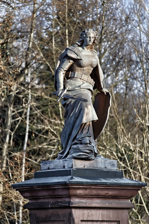 Bild: Das Denkmal GERMANIA in Mansfeld - Ortsteil Mansfeld. NIKON D700 mit Objektiv AF-S NIKKOR 28-300 mm 1:3,5-5,6G ED VR.