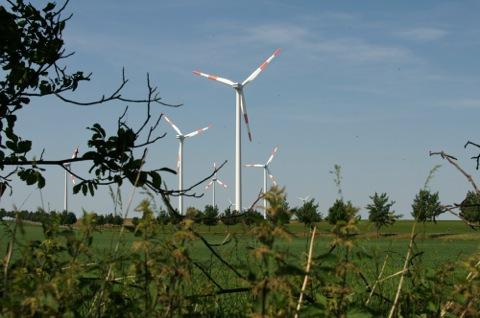 Bild: Windrad bei Quenstedt. Die Belichtungszeit wurde so gewählt, dass eine Drehung der Flügel nicht zu erkennen ist. Die Bewegung wirkt wie eingefroren.