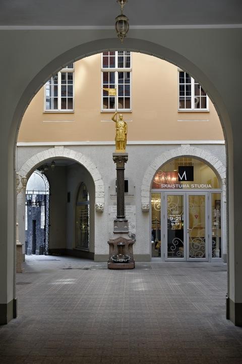 Bild: Geschäftspassage in der Altstadt von Riga.