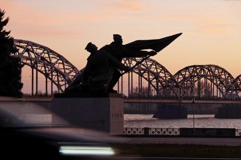Bild: Denkmal zu Ehren der Revolutionäre des Jahres 1905 in Riga am Ufer der Daugava im Sonnenuntergang.