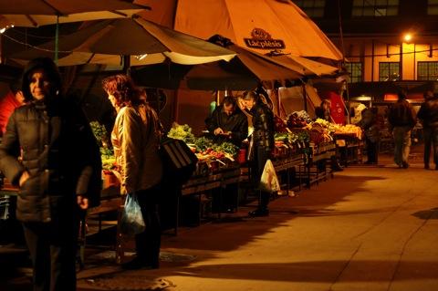 Bild: Obst- und Gemüsehändler an den Großmarkthallen von Riga.