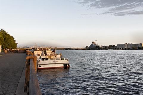 Bild: Zur Blauen Stunde unterwegs am rechten Ufer der Daugava in Riga. NIKON D700 mit AF-S NIKKOR 28-300 mm 1:3,5-5,6G ED VR ¦¦ ISO400 ¦ f/11 ¦ 1/50 s ¦ 0.00 EV ¦ FX 28 mm.