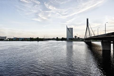 Bild: Das Swedbank Hochhaus auf dem linken Ufer der Daugava vom rechten Ufer aus gesehen. NIKON D700 mit CARL ZEISS Distagon T* 2,8/25 ZF.