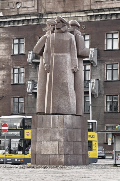 Bild: Denkmal der Lettischen Schützen - einer Elitetruppe des Ersten Weltkrieges - vor dem Okkupationsmuseum.