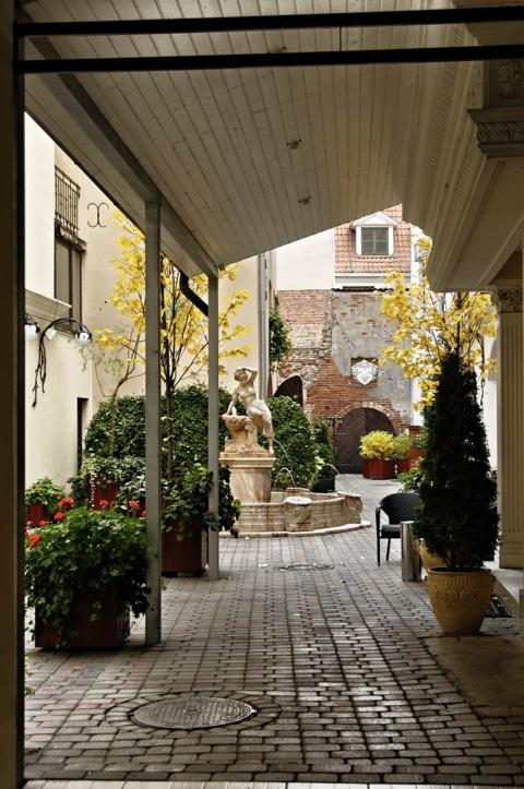 Bild: In einem romantischen Innenhof in der Altstadt von Riga.