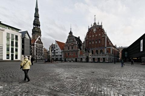 Bild: Dom und Schwarzhäupterhaus in Riga. Rechts das Befreiungsmuseum.