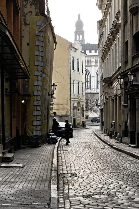 Bild: Nebenstraße am Livenplatz in Riga.