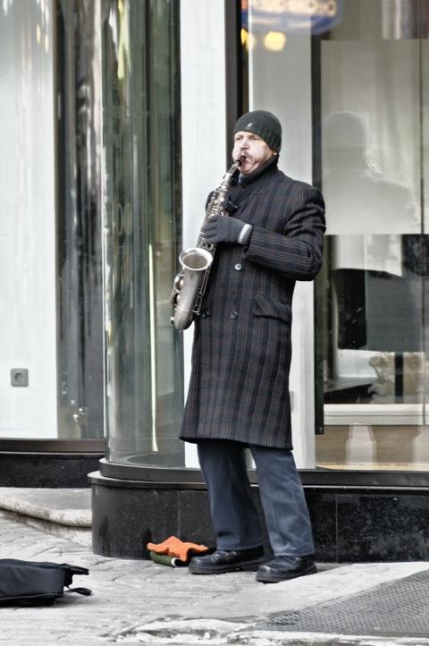Bild: Straßenmusikant am Freiheitsdenkmal in Riga.