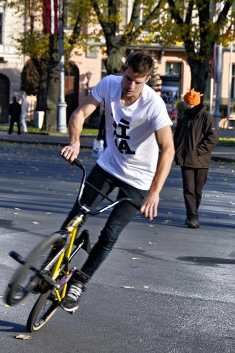 Bild: BMX Biker am Freiheitsdenkmal in Riga.