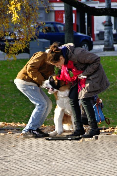 Bild: Junge, Bernhardiner und Mädchen mit Querflöte am Freiheitsdenkmal in Riga.