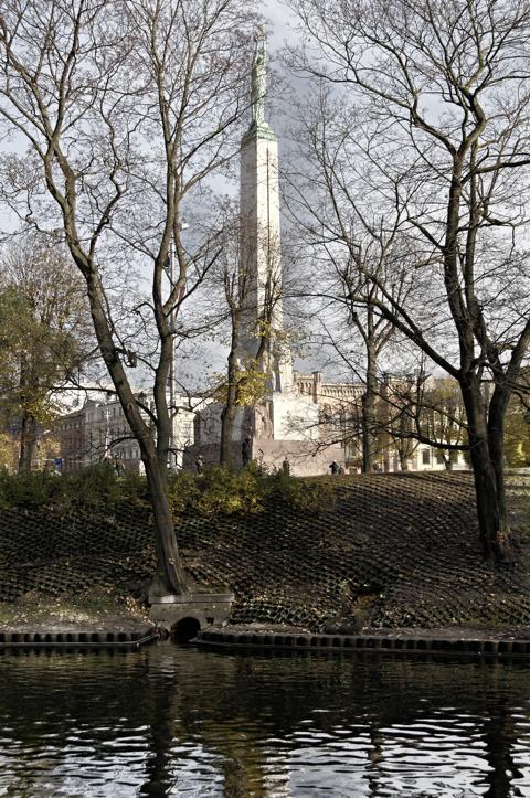 Bild: Das Freiheitsdenkmal von Riga vom Stadtkanal aus fotografiert.