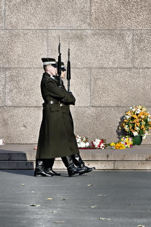 Bild: Ehrenwache am Freiheitsdenkmal in Riga beim Exerzieren.