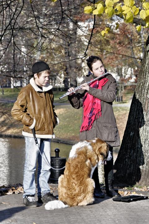 Bild: Junge Flötenspielerin am Freiheitsdenkmal in Riga.