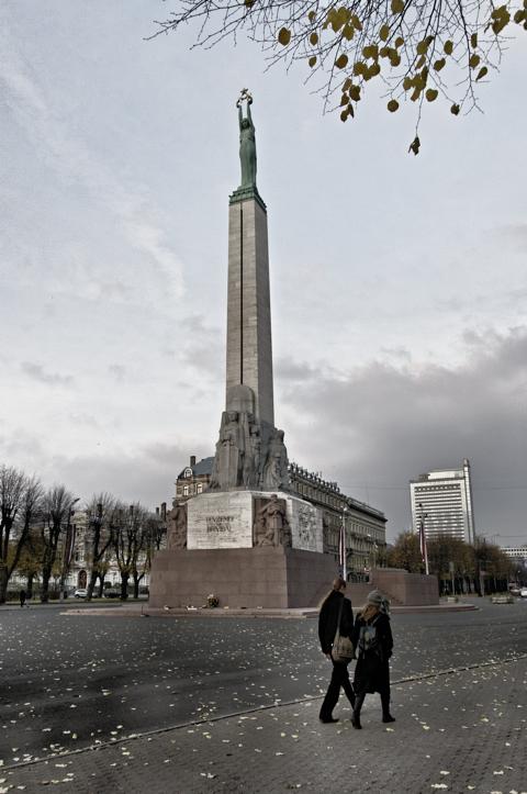 Bild: Das Freiheitsdenkmal in Riga am Abend. Blick nach Nordosten.