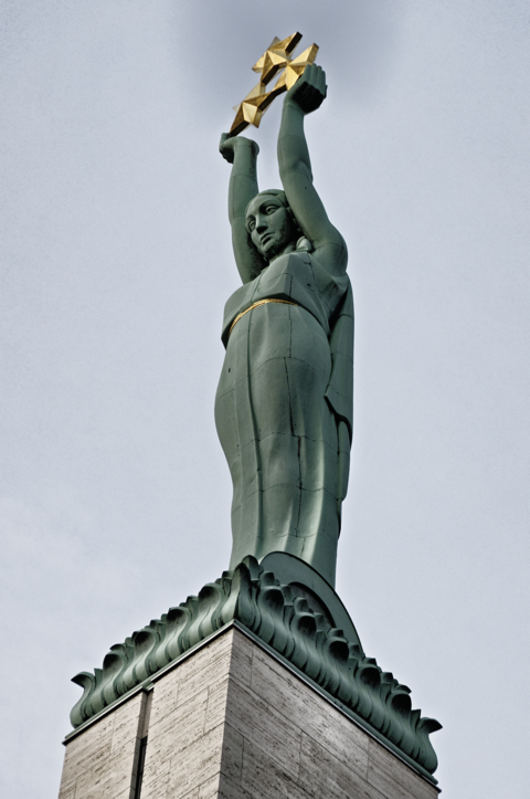 Bild: Die Milda auf dem Freiheitsdenkmal in Riga.