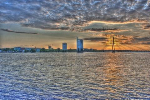Bild: Swedbank Tower und Vanšu Brücke auf dem linken Ufer der Daugava. HDR Render.
