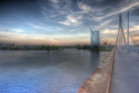 Bild: Vanšu Brücke und Swedbank Tower in Riga. HDR Render.