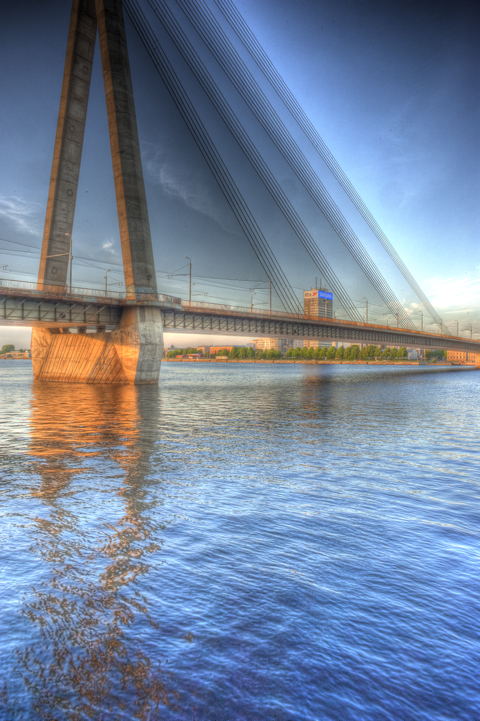 Bild: Vanšu Brücke und SAMSUNG Tower in Riga. HDR Render.