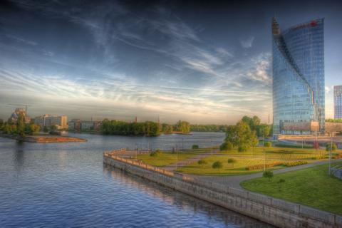 Bild: Swedbank Tower und Rigas Stadteil Torņakalns. HDR Render.