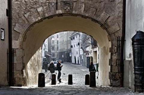 Bild: Das Schwedentor an den Jakobskasernen in der Torņa iela in Riga ist das einzige erhaltene Stadtor der lettischen Hauptstadt.