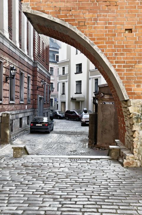 Bild: Blick durch die Stadtmauer von der Torņa iela an den Jakobskasernen in Riga in Richtung Altstadt.