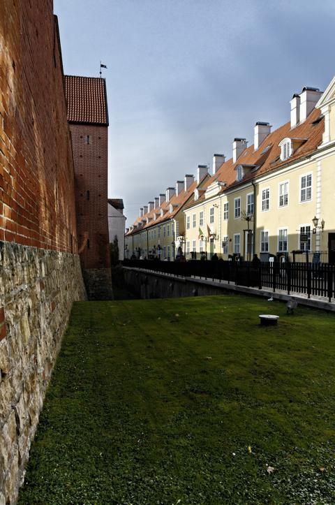 Bild: Der Rahmerturm mit den Jakobskasernen in der Torņa iela in Riga.