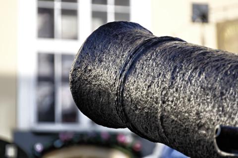 Bild: Alte Kanone an der Stadtmauer an den Jakobskasernen in Riga.