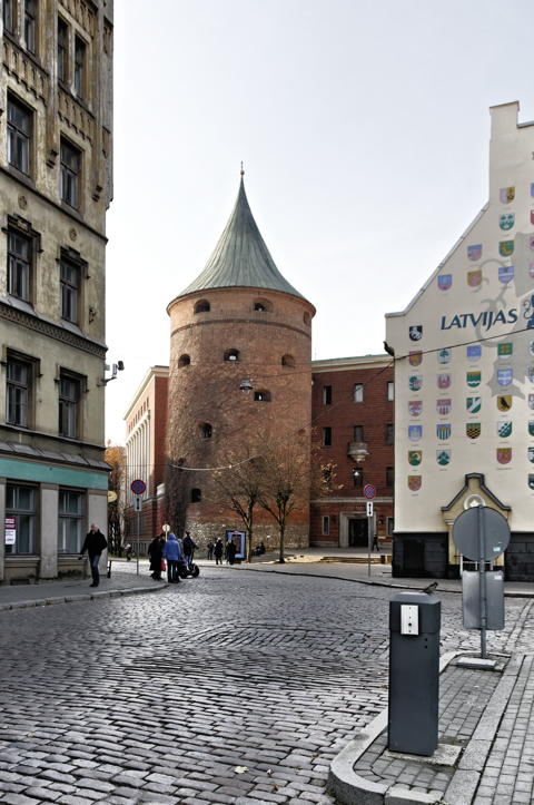 Bild: Das Ende der Jakobskaserne mit der Torņa iela und dem Pulverturm in Riga.