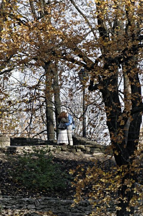 Bild: Liebende auf der Bastion im Park am Stadtkanal in Riga.
