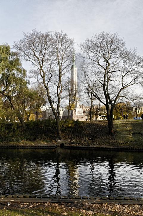 Bild: Das Nationaldenkmal in Riga fotografiert von Park am Stadtkanal.