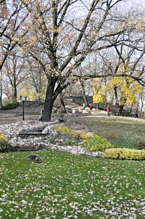 Bild: Künstlicher Bachlauf im Park am Stadtkanal in Riga.