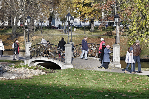 Bild: Spaziergänger im Park am Stadtkanal von Riga.