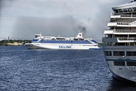 Bild: Einparkmanöver einer TALLINK Fähre in den Hafen von Riga. NIKON D700 mit AF-S NIKKOR 28-300 mm 1:3,5-5,6G ED VR ¦¦ ISO200 ¦ f/5.0 ¦ 1/1600 s ¦ FX 98 mm.