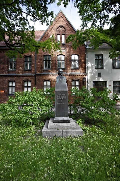 Bild: Das Denkmal zu Ehren von Johann Gottfried Herder am Dom zu Riga. NIKON D700 mit CARL ZEISS Distagon T* 3,5/18 ZF.2 ¦¦ ISO200 ¦ f/3.0 ¦ 1/200 s ¦ FX 18 mm.