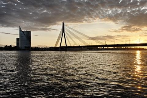 Bild: Sonnenuntergang an der Vanšu Brücke in Rīga. Blick auf das linke Ufer der Daugava. NIKON D700 mit AF-S NIKKOR 28-300 mm 1:3,5-5,6G ED VR ¦¦ ISO400 ¦ f/11 ¦ 1/200 s ¦ 0.00 EV ¦ FX 28 mm.