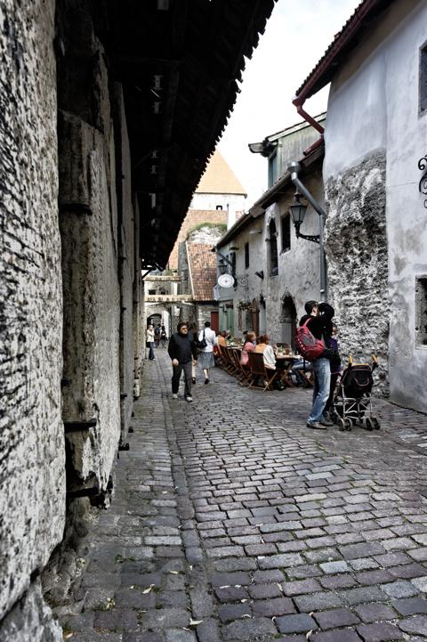 Bild: In der Katharina käik in Tallinn. NIKON D700 mit AF-S NIKKOR 28-300 mm 1:3,5-5,6G ED VR ¦¦ ISO200 ¦ f/9 ¦ 1/50 s ¦ FX 28 mm.