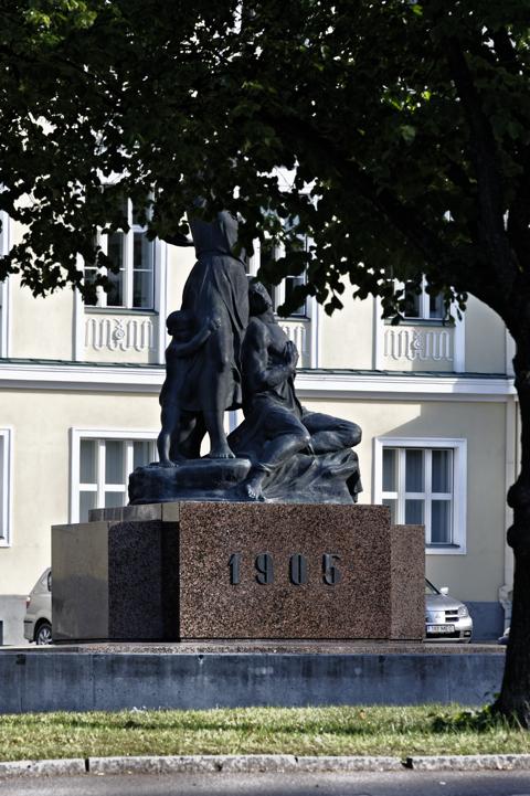 Bild: Denkmal zur Erinnerung an die bürgerliche Revolution in Estland in der Altstadt von Tallinn. NIKON D700 mit AF-S NIKKOR 28-300 mm 1:3,5-5,6G ED VR ¦¦ ISO200 ¦ f/9 ¦ 1/200 s ¦ FX 210 mm.