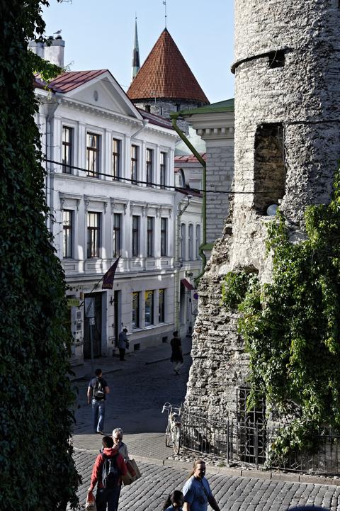 Bild: Blick auf die Vana Viru in der Altstadt von Tallinn. NIKON D700 mit AF-S NIKKOR 28-300 mm 1:3,5-5,6G ED VR ¦¦ ISO200 ¦ f/4 ¦ 1/200 s ¦ FX 62 mm.