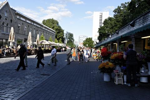Bild: Blumenmarkt in der Altstadt von Tallinn. NIKON D700 mit AF-S NIKKOR 28-300 mm 1:3,5-5,6G ED VR ¦¦ ISO200 ¦ f/9 ¦ 1/160 s ¦ FX 28 mm.
