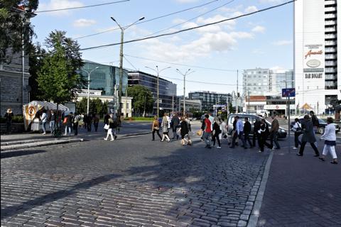 Bild: Tallinn ist immer ziemlich geschäftig - auch am Samstagabend. NIKON D700 mit AF-S NIKKOR 28-300 mm 1:3,5-5,6G ED VR ¦¦ ISO200 ¦ f/9 ¦ 1/200 s ¦ FX 28 mm.