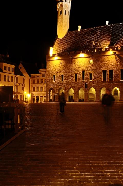 Bild: Die Unterstadt von Tallinn bei Nacht mit NIKON D300s und Objektiv CARL ZEISS Distagon T* 2,8/25 ZF sowie Stativ Manfrotto 190CXPRO4 Carbon Stativ mit 3-Wege-Kopf 804RC2.