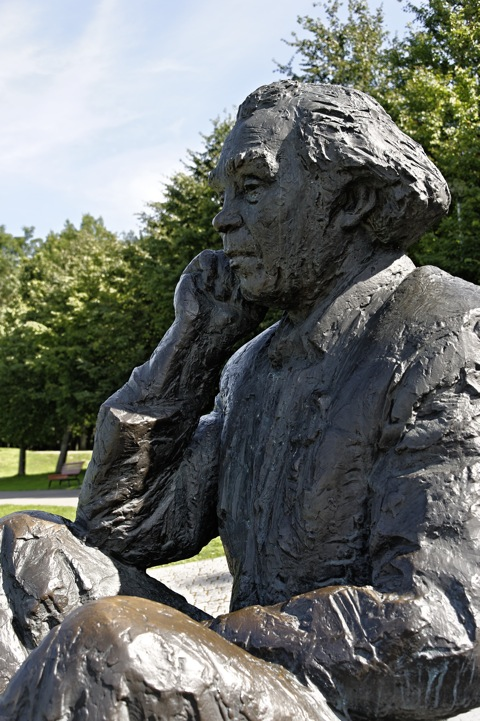 Bild: Denkmal zu Ehren des Komponisten und Chorleiters Gustav Ernesaks, des Organisators der estnischen Sängerfeste zu Zeiten der sowjetischen Besatzung Estlands mit NIKON D700 und AF-S NIKKOR 28-300 mm 1:3,5-5,6G ED VR.