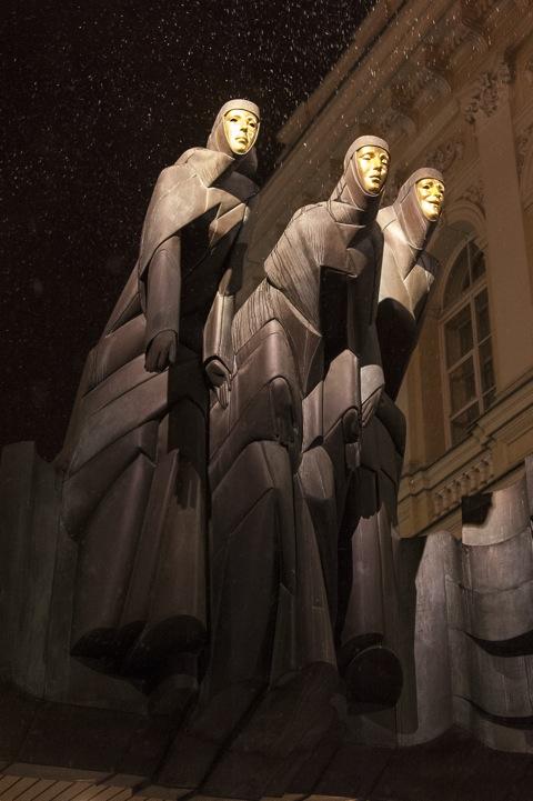 Bild: DiePlastik DREI MUSEN über dem Eingang zum Nationalen Dramatheater in Vilnius. NIKON D700 und AF-S NIKKOR 28-300 mm 1:3.5-5.6G ED VR.
