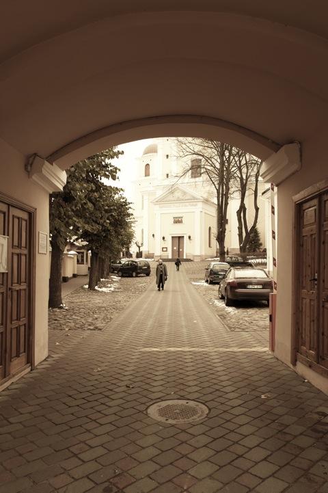 Bild: Eingang zum orthodoxen Kloster und Kirche Zum Heiligen Geist - Pravoslavų Šv. Dvasios vienuolynas ir bažnyčia - am südlichen Rand der Altstadt von Vilnius in der Aušros Vartų gatvė. NIKON D700 mit CARL ZEISS Distagon T* 2.8/25 ZF.