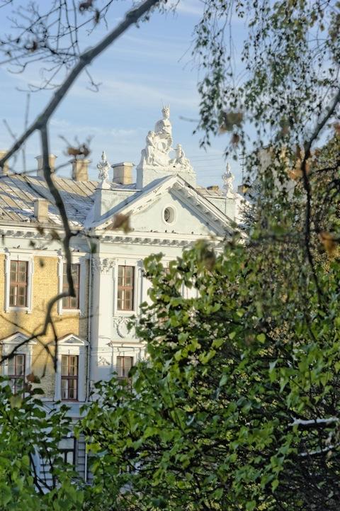 Bild: Blick auf ein Jugendstilhaus in Vilnius von der P. Cvirkos aikštė. NIKON D700 mit AF-S NIKKOR 28-300 mm 1:3.5-5.6G ED VR.